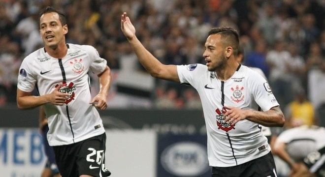 Maycon comemora seu gol com companheiro Rodriguinho