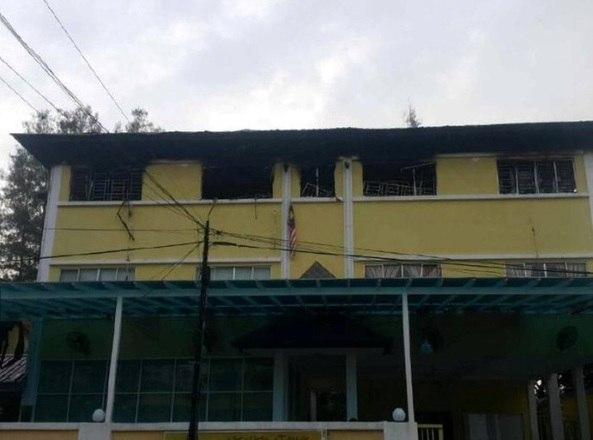 A escola atingida é uma instituição de ensino conhecida como tahfiz — onde os alunos vivem reclusos para memorizar o alcorão. As escolhas tahfiz não são regulamentadas pelo departamento de educação da Malásia, e sim administradas pelas autoridades religiosas