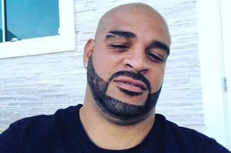 Adriano inovou no corte da barba