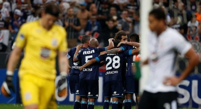 Corinthians saiu na frente, mas permitiu empate do Racing-ARG no Itaquerão