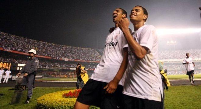 Ao lado de Dentinho, Acosta (esq.) defendeu o Corinthians entre 2008 e 2009