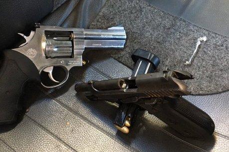 Armas e objetos roubados foram apreendidos