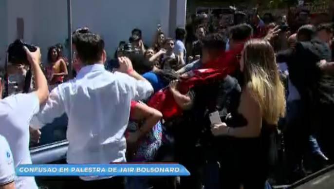 Carro de Jair Bolsonaro é atacado durante saída de palestra em BH