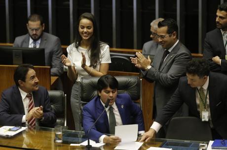Deputada Shéridan comemorando aprovação do texto-base da PEC da reforma política no dia 5 de setembro