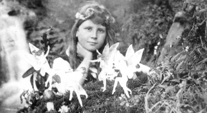 Griffiths e algumas 'fadas' em uma fotografia feita em 1917 por sua prima Elsie Wright com recortes de papel e hatpins