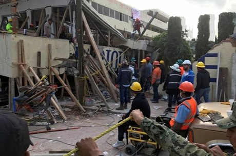 Na Cidade do México, prédios foram danificados e socorristas trabalharam noite adentro para resgatar vítimas