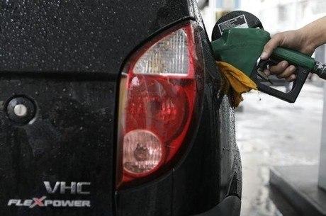 Encher tanque de 50 litros está R$ 21,65 mais caro