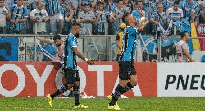 Lucas Barrios classificou o Grêmio contra o Botafogo na Copa Libertadores