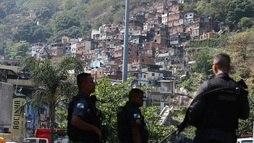 Moradora vê crueldade tanto da polícia como do tráfico: 'Gente queimada viva' ()