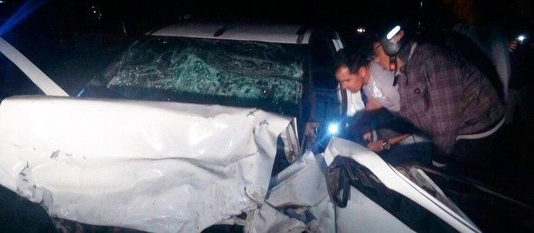 Populares tentam socorrer vítimas. Motorista e passageiro morreram.