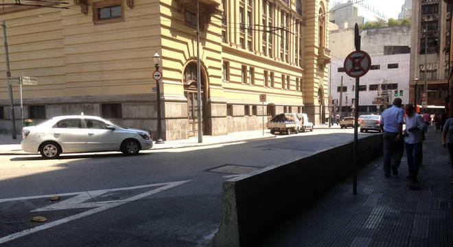 Por volta das 12h30, policiais haviam abandonado esquina oposta a calçada onde o roubo foi registrado