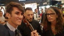 Músico de rua é surpreendido por Steven Tyler enquanto tocava em rua do Leblon ()