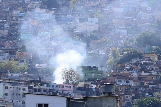 Polícia e exército apreendem 16 fuzis em operações na Rocinha