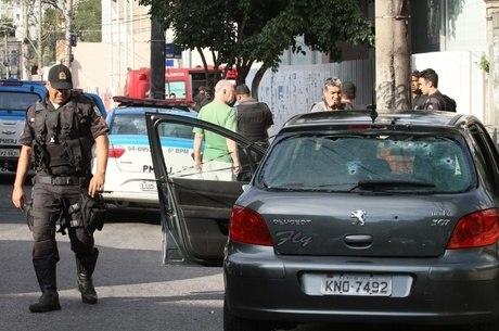 Carro que bando tentou roubar no Alto da Boa Vista