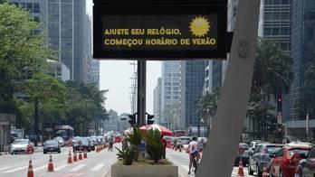 Após polêmica nas redes, governo decide manter horário de verão (J.Duran Machfee/Folhapress - 14.10.2014)