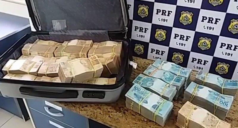 Polícia encontra mala com R$ 700 mil dentro de ônibus na Bahia