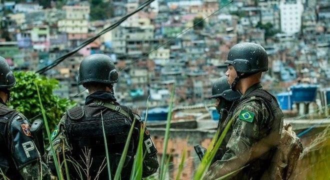 Após cerco das Forças Armadas, criminosos tentam escapar pela mata