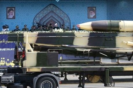 Diante de autoridades, exército apresenta mísseis em Teerã