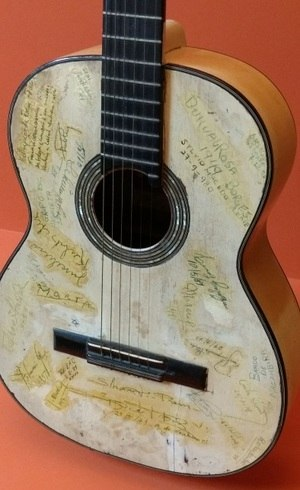 O violão traz autógrafos de amigos