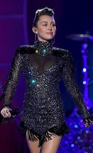 Miley com vestido criado em homenagem a Galisteu