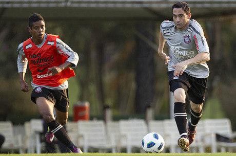 Elias também dividiu o campo com o capitão Chicão