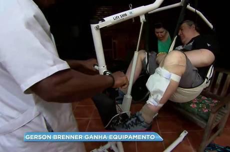 Aparelho permite aos cuidadores do ator transferi-lo da cadeira de rodas para outros ambientes