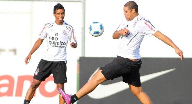 Depois de Ronaldo, Elias disputou posição no ataque com Adriano Imperador