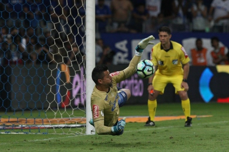 Campeão com o Cruzeiro, Fábio se coloca à disposição de Tite