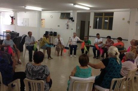 Os idosos realizam diversas atividades no centro-dia, como a dança sênior