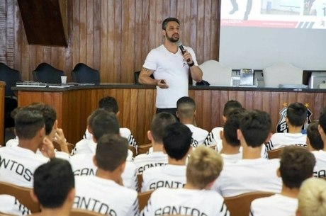 Montrimas palestra para garotos da base do Santos
