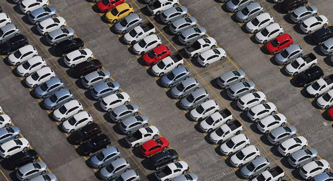 Pátio de veículos; vendas aumentaram em novembro