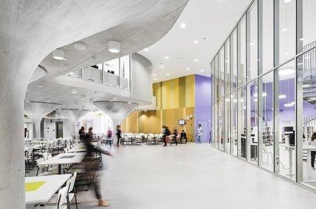 Nas novas escolas finlandesas, as paredes são substituídas por divisões transparentes