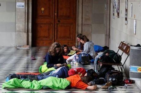 Defensores da independência da Catalunha acamparam nas escolas transformadas em seções eleitorais para garantir a consulta popular