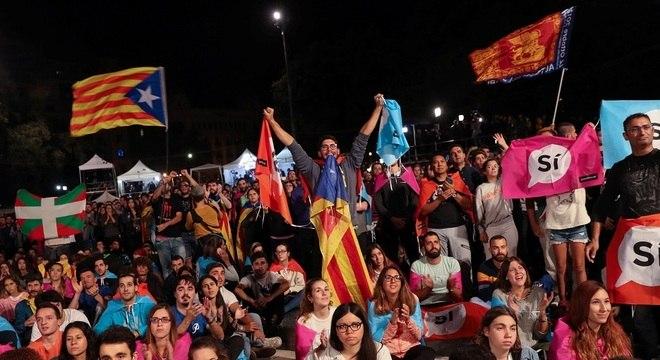Eleitores comemoram resultado em Barcelona: líder catalão ressaltou que milhões de pessoas se mobilizaram neste domingo