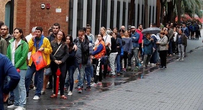Eleitores fazem fila para votar em Barcelona, na Espanha