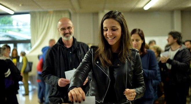 Eleitora vota em Barcelona; apesar da repressão, pleito aconteceu em vários centros