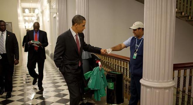 Fotografias de Obama interagindo com pessoas comuns em situações cotidianas contribuíram para sua humanização enquanto presidente