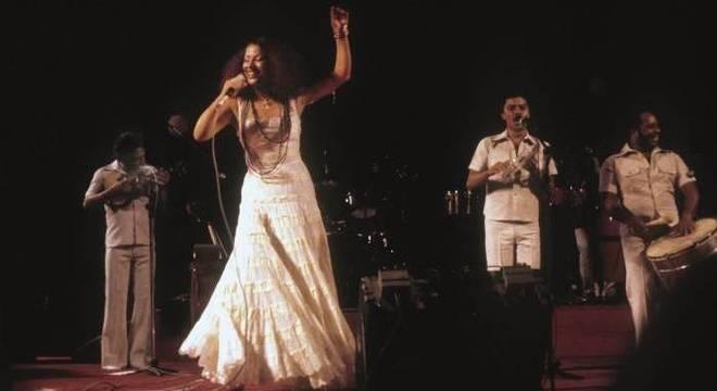 Toda vestida de branco, Clara Nunes chamava a atenção com seu visual afro