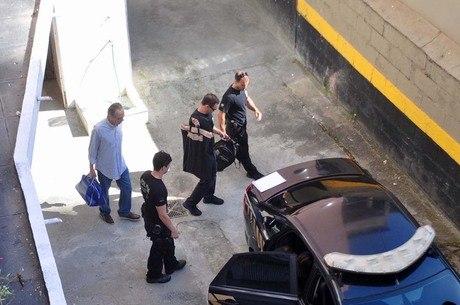 Gryner sai de casa escoltado por agentes da PF