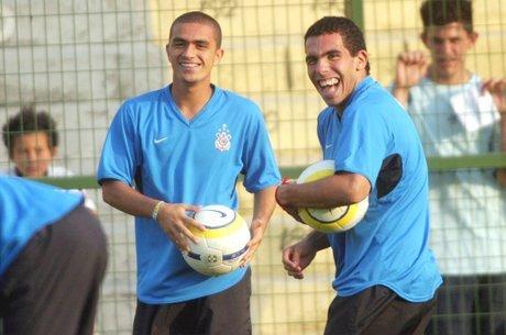 Dinelson e Tévez em treino do Corinthians