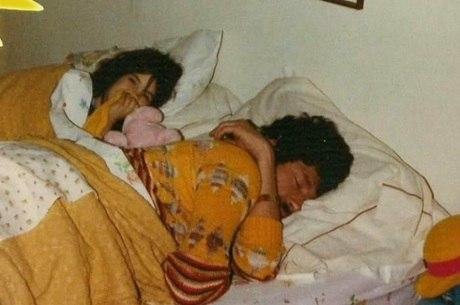 A pequena Scarlet dorme ao lado do papai Raul nos anos 70