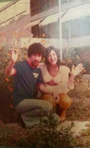 Raul e a mãe de Scarlet, Glória