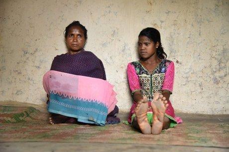 A mãe Badri Bai (à esquerda) tem tatuagens por todo o corpo, enquanto a filha, Anita, se recusou a ter outras
