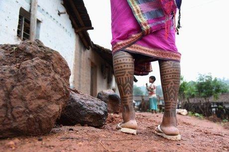 Há dois milênios, mulheres da tribo Baiga são tatuadas