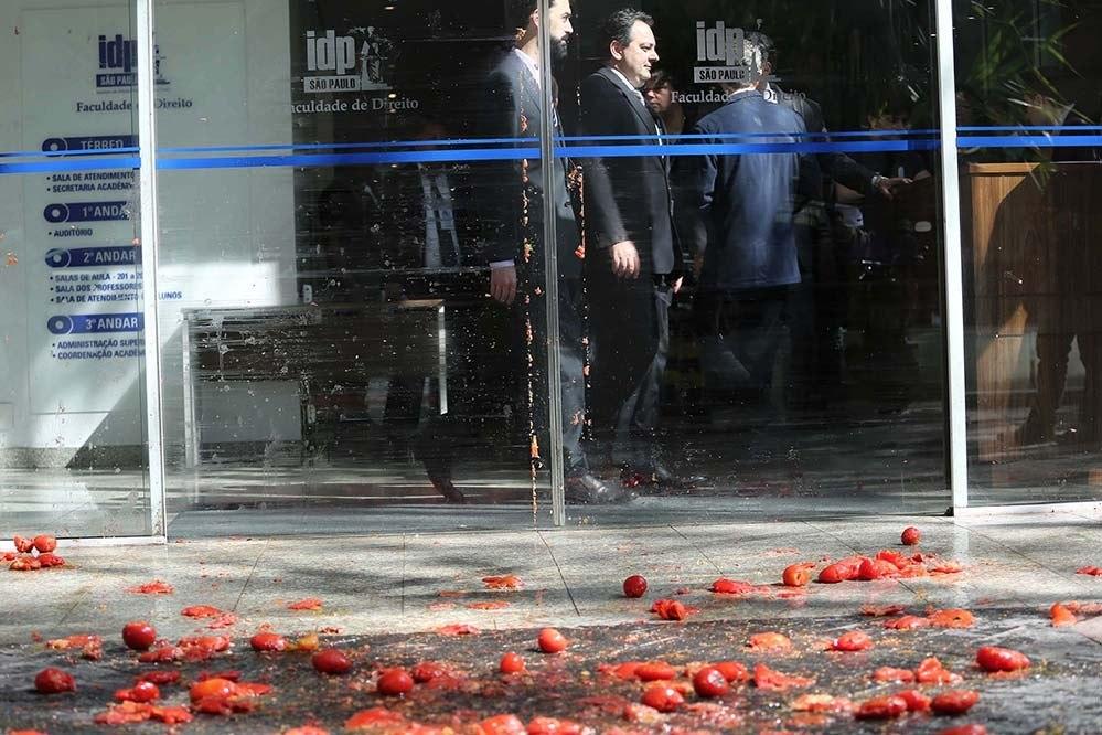 Sob protestos, Gilmar defende reforma e parlamentarismo