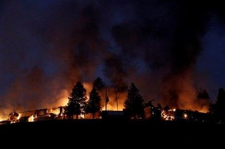 Quase duas dúzias de incêndios espalhados por oito condados da Califórnia vêm se espalhando praticamente sem controle