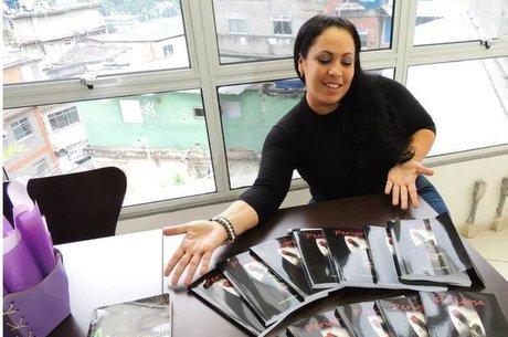Fabiana Escobar com exemplares de sua autobiografia, 'Perigosa'