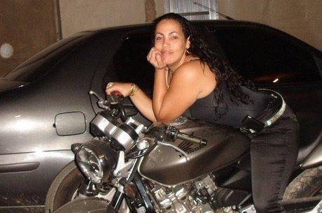 Bibi costumava postar fotos ostentando motos, joias e até dinheiro que o ex-marido possuía por causa do tráfico