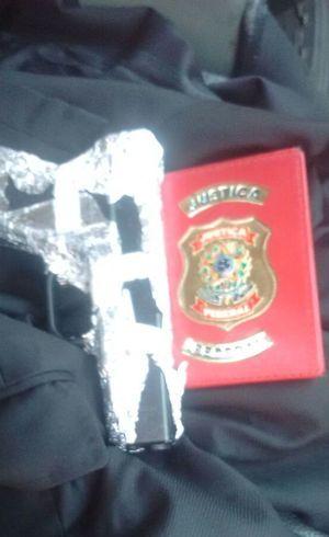 Distintivo usado pelo falso policial