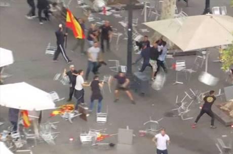 Separatistas e manifestantes pró-Espanha atiraram cadeiras uns contra os outros